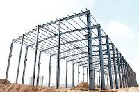 İnşaat halindeki bir fabrikanın çelik konstrüksiyonları