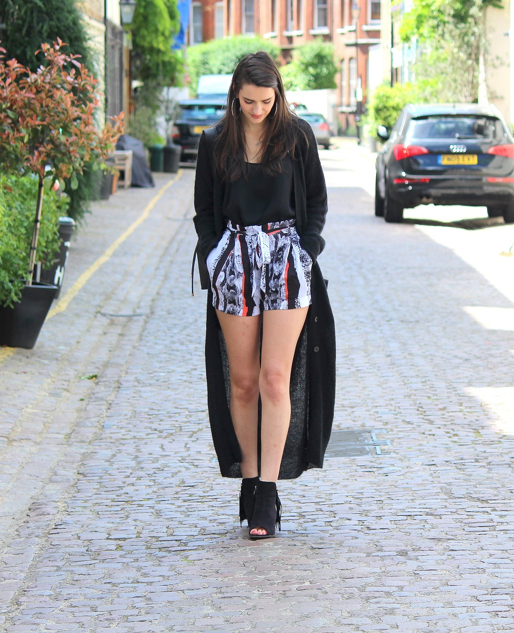 peexo fashion blogger in monochrome longline cardigan and reiss shorts and bucket bag and fringe boots