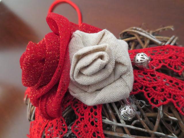 cuore-in-midollino-con-rose-in-tessuto