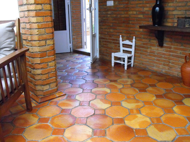 suelo de barro cocido con forma octogonal y pequeña losa cuadrada.