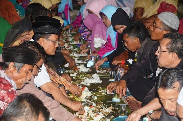 Karena Makan dari Pinggir Piring Sudah Diajarkan Nabi, Tapi Apa Alasannya?