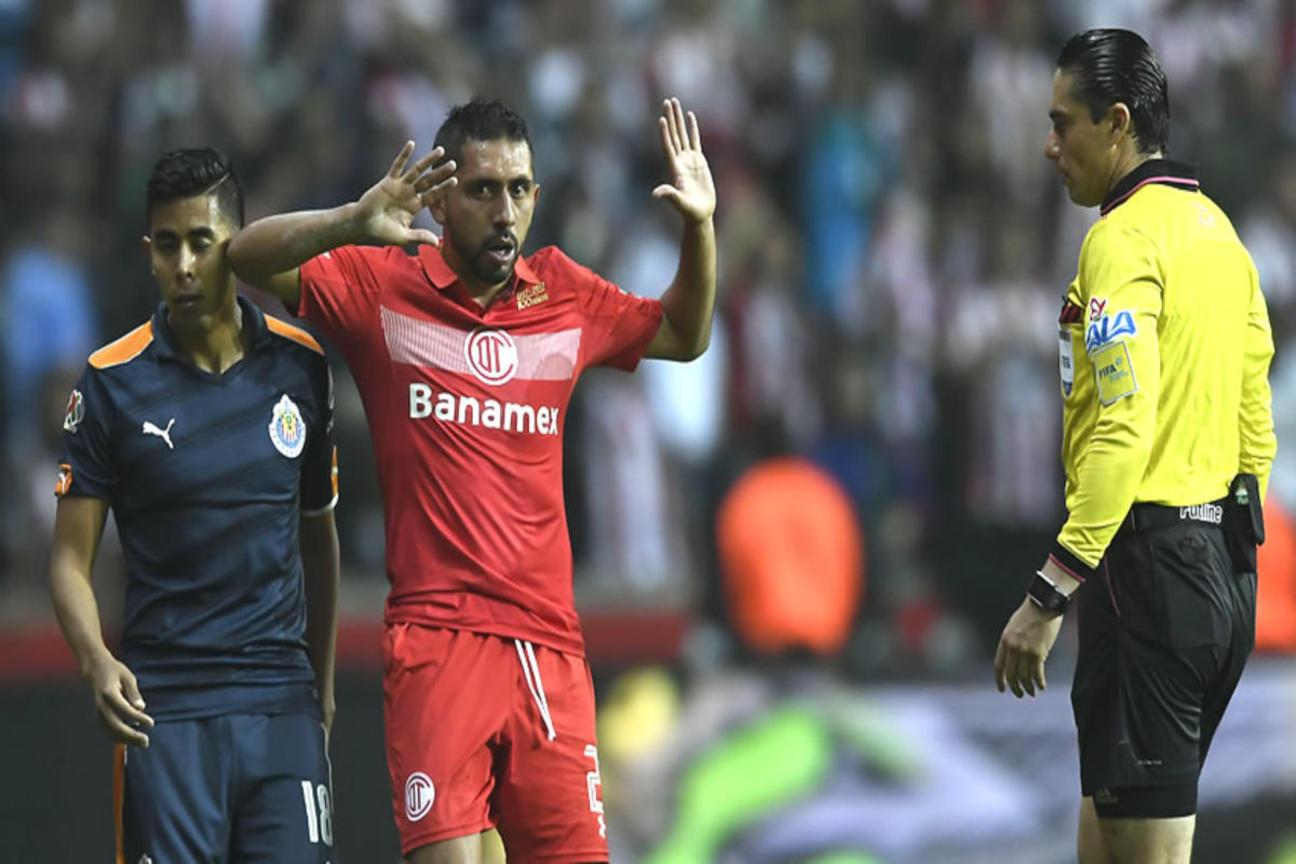 Óscar Macías Romo dirigió el partido de ida de semifinales entre Toluca y Chivas.