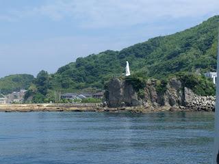 神の島にそびえたつ白いマリア像