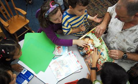 mendidik anak agar mau membaca