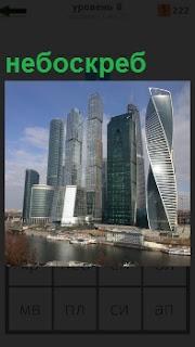 Показан современный город с небоскребами и улицами вдоль них с транспортом