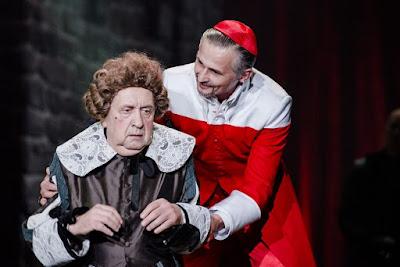"""Andrzej Gałła (Pan Bonacieux) i Błażej Wójcik (Karynał Richelieu) w musicalu """"Trzej Muszkieterowie"""""""