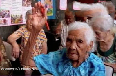 Anciana aprende a leer para estudiar la Biblia