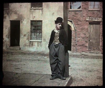 """Чарли Чаплин в декорациях фильма """"Собачья жизнь"""", 1918 (автохромное фото)"""