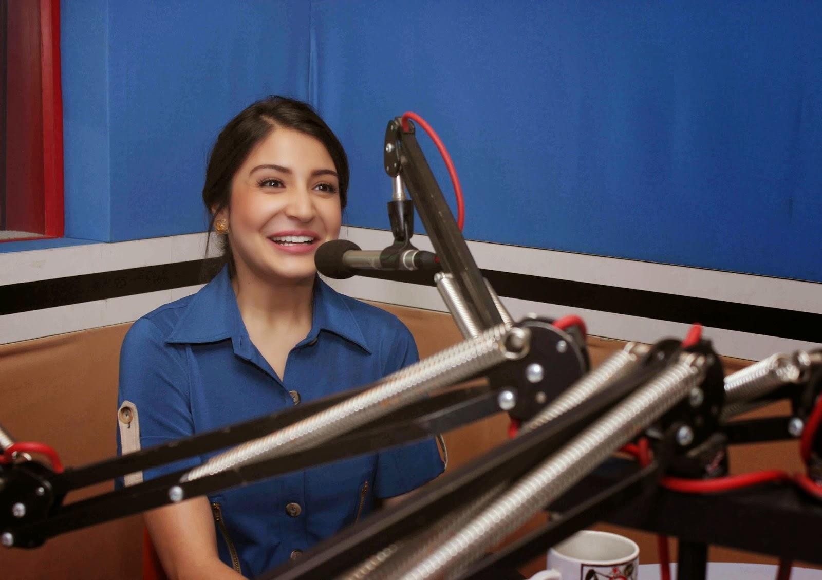 Anushka Sharma izgleda seksi v modri obleki Hd - slike-3890