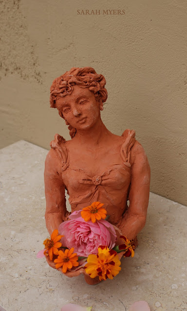 lady, woman, art, arte, sarah, myers, sculpture, escultura, kunst, skulptur, scultura, terracotta, figurative, bouquet, autumn, flowers, ringlets, red, clay, marigolds, rose, ceramic, ceramica, contemporary, beautiful, arrangement, bowl, dish, decor, deco, front