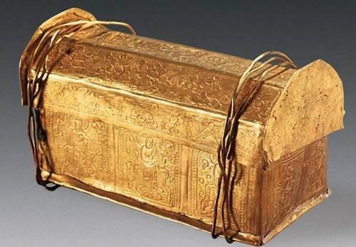 El cofre principal, confeccionado de oro