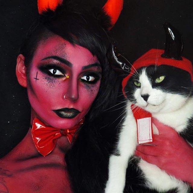 foto de diabla con gato blanco y negro