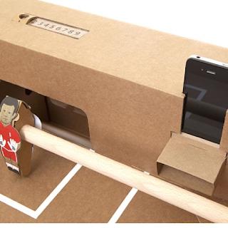 Le babyfoot Kartoni, tout en carton, est équipé de haut-parleur pour Smartphone