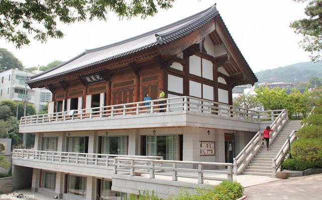 Edificio moderno en el templo Gilsangsa