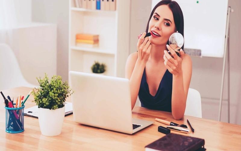 Ofiste Nasıl Makyaj Yapılır? 4 Adımda Ofis Makyajı