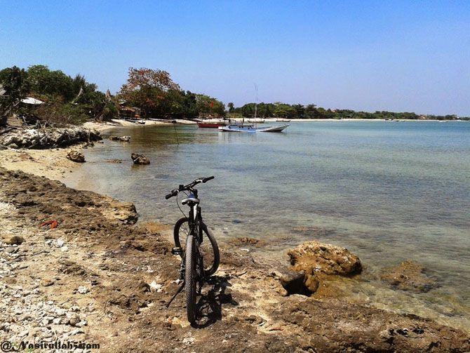 Memotret sepeda di pantai Ombak Mati, Bondo