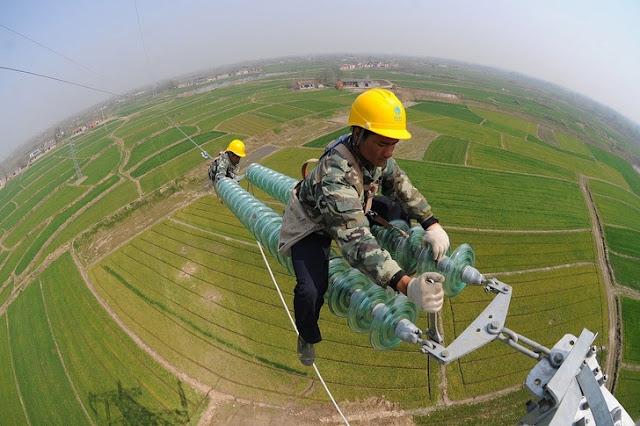 Tukang Listrik bekerja di ketinggian