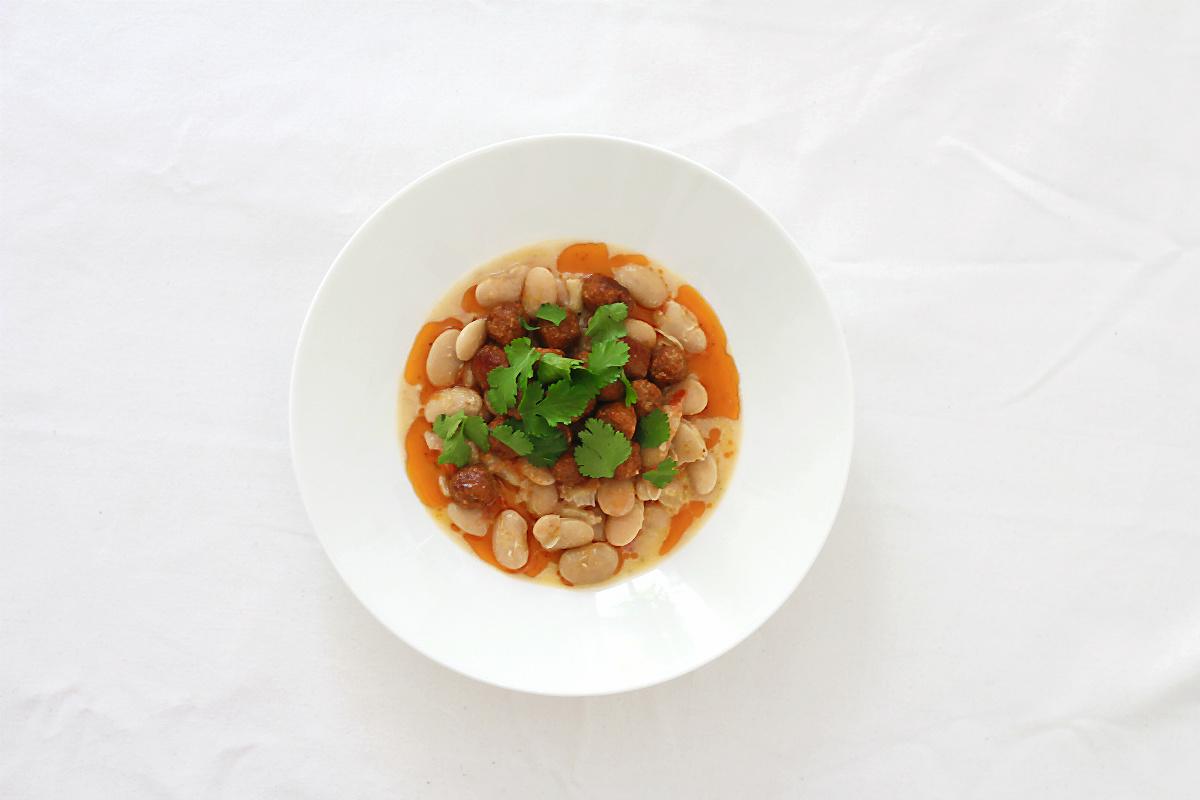 Merguez-Bällchen (Lammbratwurst) mit weißen Riesenbohnen, Tomaten-Concassée und frischer Koriander | Arthurs Tochter kocht. von Astrid Paul