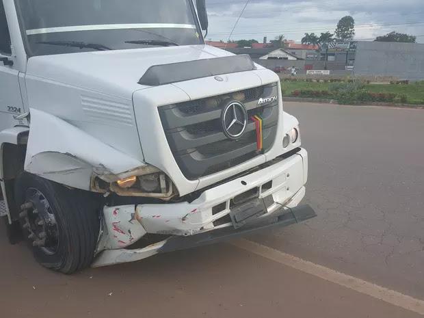 Carro invade preferencial e é atingido por caminhão boiadeiro em Ji-Paraná