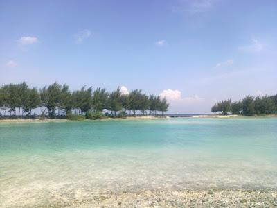 pemandangan pantai di pulau payung