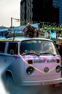 Pequeño autocar rosa decorado
