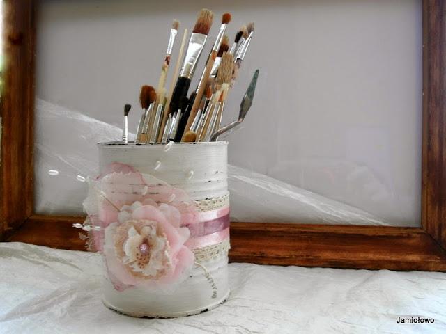 przecierana puszka ozdobiona kwiatem z organzy