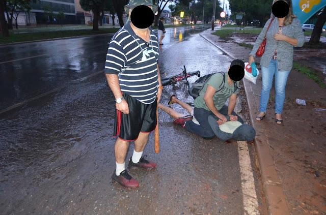 Populares observam assaltante sendo imobilizado Foto Joaquim Dantas/Blog do Arretadinho