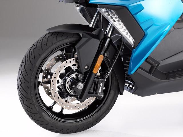 La C400X viene de serie con ABS, control de tracción y control de estabilidad
