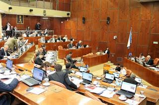 La oposición criticó el cambio para poder adelantar las elecciones locales. El oficialismo impuso su mayoría.