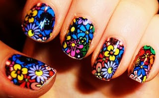 Foto de diseño de uñas con flores de varios colores