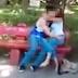 Bapa rakam video teman lelaki anak perempuannya sedang berlaku curang di taman