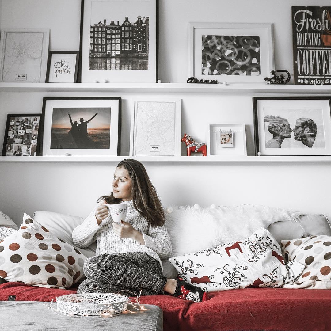 przytulne wnętrza, blog wnętrzarski, blog podróżniczy, blog lifestyle, netflix, ściana z ramkami, półka na ramki, styl skandynawski, obrazy na ścianie