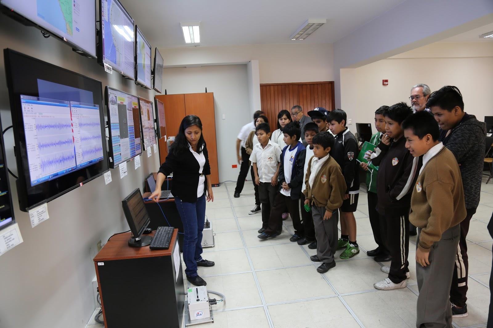 Oficina de relaciones p blicas uni escolares visitan el for Oficina internacional de origen correos