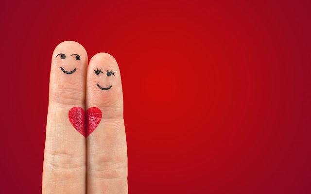 Twee vingers met gezichtje en liefdes hartje