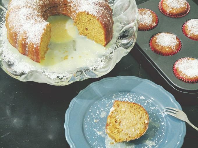 κέικ καρότου στο πιάτο και cupcakes καρότου στο τραπέζι