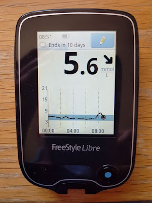 Libre handset showing 5.6 mmol/L and downward trend arrow
