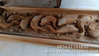 ukiran ikan koi kayu jati