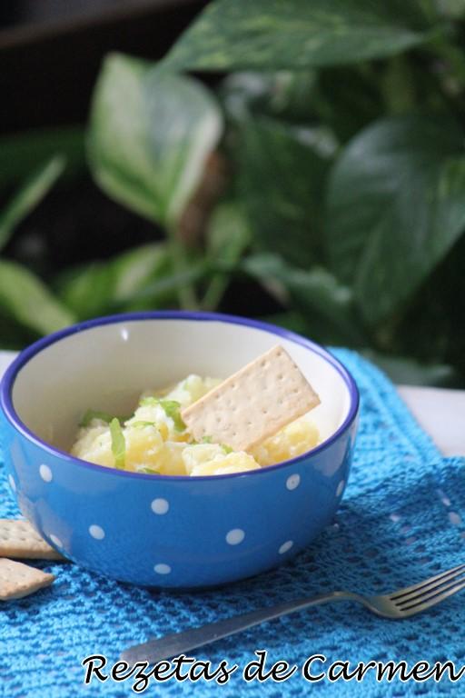 Ensalada griega de patatas, manzana y yogur