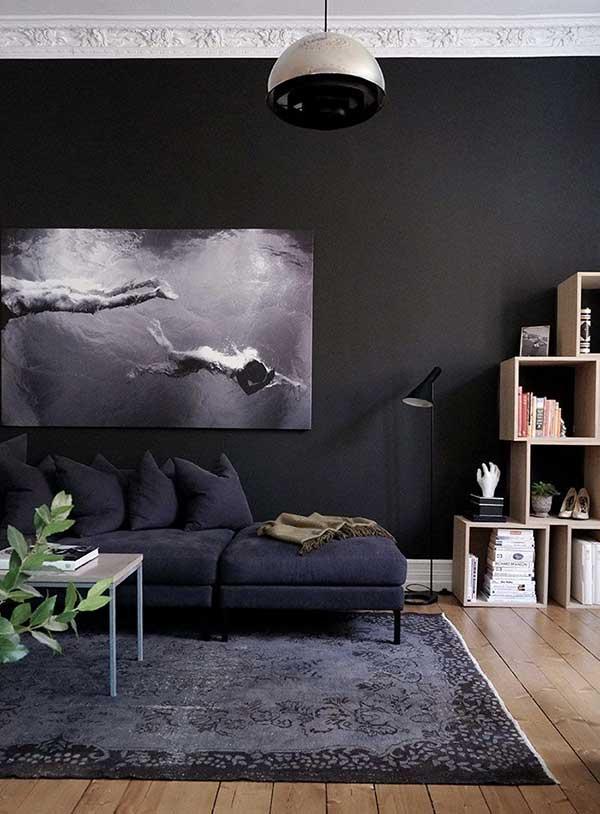 Kontras Antara Dinding Berwarna Gelap Dengan Lantai Kayu Adalah Kombinasi Yang Indah Untuk Dekorasi Ruang Tamu Anda Lukisan Membantu Mengurangi