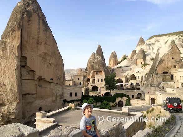 Göreme sokaklarında peri bacaları arasında, Kapadokya
