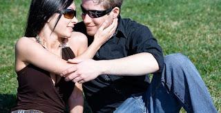 En las relaciones de pareja es bueno conocer las intenciones de las caricias. Algunas más obvias que otras, te dejamos algunos de sus tipos para que sepas en qué piensa tu pareja o amigo: Con la mirada: De entre todas las caricias que una persona puede dar, las caricias que denotan una mirada profunda y enamorada dice sin duda una poesía maravillosa. Perderse en la mirada de unos ojos amantes es una confirmación eterna de compromiso y lealtad. Caricias en el regazo: Sin duda este tipo de caricias implican una fuerte necesidad de intimidad contenida. Caricias en los labios: Es