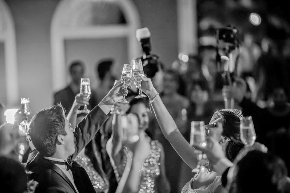 casamento-lindo-singelo-luzinhas-festa-brinde
