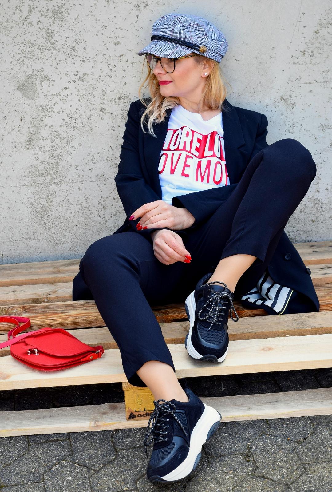 schwarzer, lässiger Business Anzug für Frauen mit Sneakern kombiniert