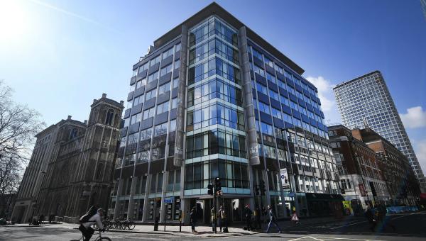 Sede de la empresa británica Cambridge Analytica fue allanada por escándalo de filtración de información de Facebook