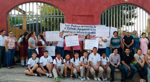 Padres de familia apoyan a maestros despedidos en Sinaloa