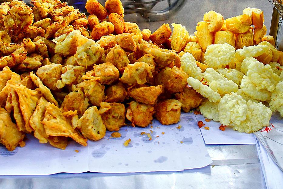 Makan gorengan (indoindians.com)
