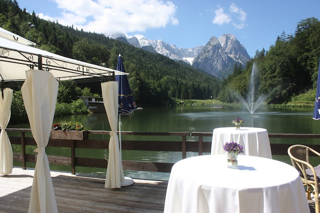 Lavendel-Hochzeit - Hochzeitsempfang auf der Seeterrasse am Riessersee - Hochzeit in Garmisch-Partenkirchen im Seehaus am Riessersee - Wedding in Garmisch-Partenkirchen - #wedding venu #abroad #wedding garmisch #Hochzeit Garmisch #heiraten #Bayern #Bavaria #Hochzeitshotel