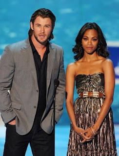Chris Hemsworth (George Kirk, padre di Jim, nel film Star Trek 2009 e Thor nei film della Marvel) insieme a Zoe Saldana (Il Tenente Nyota Uhura nei recenti film di Star Trek, Neytiri in Avatar e Gamora nei Guardiani della Galassia) - TG TREK: Notizie, Novità, News da Star Trek