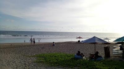 tanning di Pantai Batu Belig, Bali