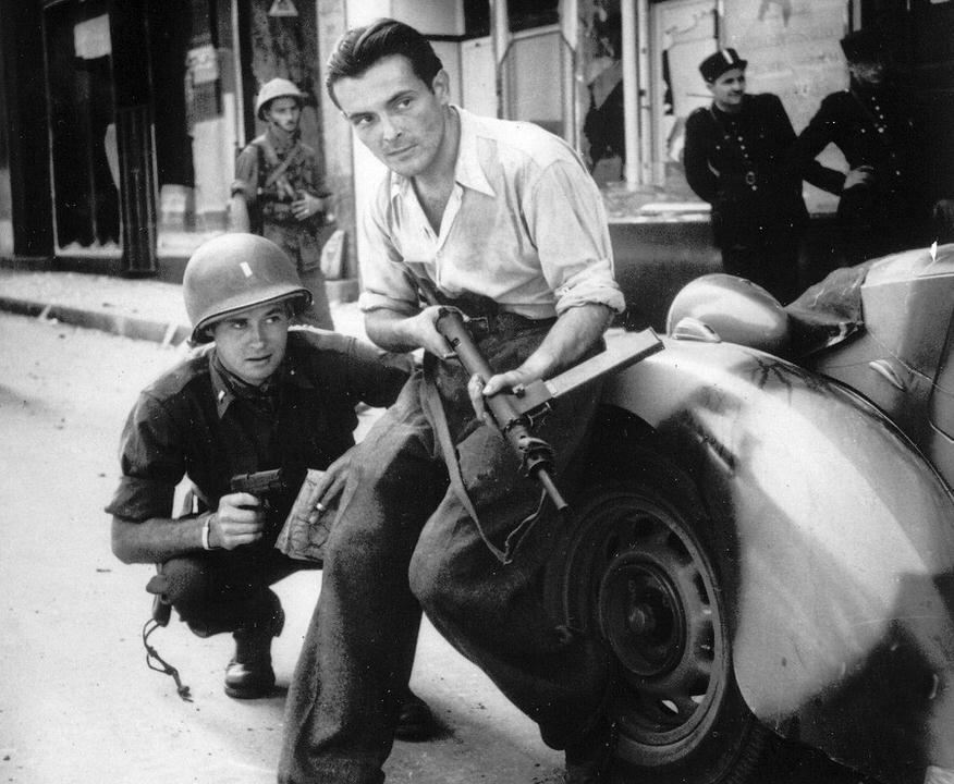 Στημένη φωτογραφία ενός αμερικανού αξιωματούχου και ενός μαχητή της Γαλλικής Αντίστασης στη Γαλλία, 1944.